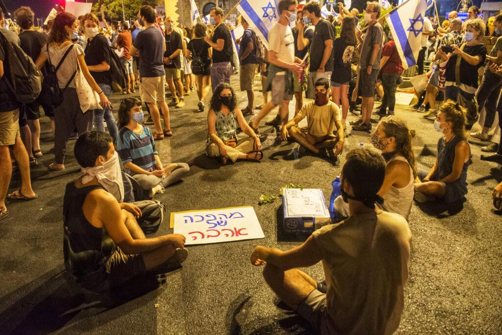 Friedliche Demo in Jerusalem, מהפכה של אהבה - Aufstand  bzw. Revolution der Liebe (Übersetzung des Schildes), Israel Photo, Israel Photographie, Photography, demonstration, Jerusalem