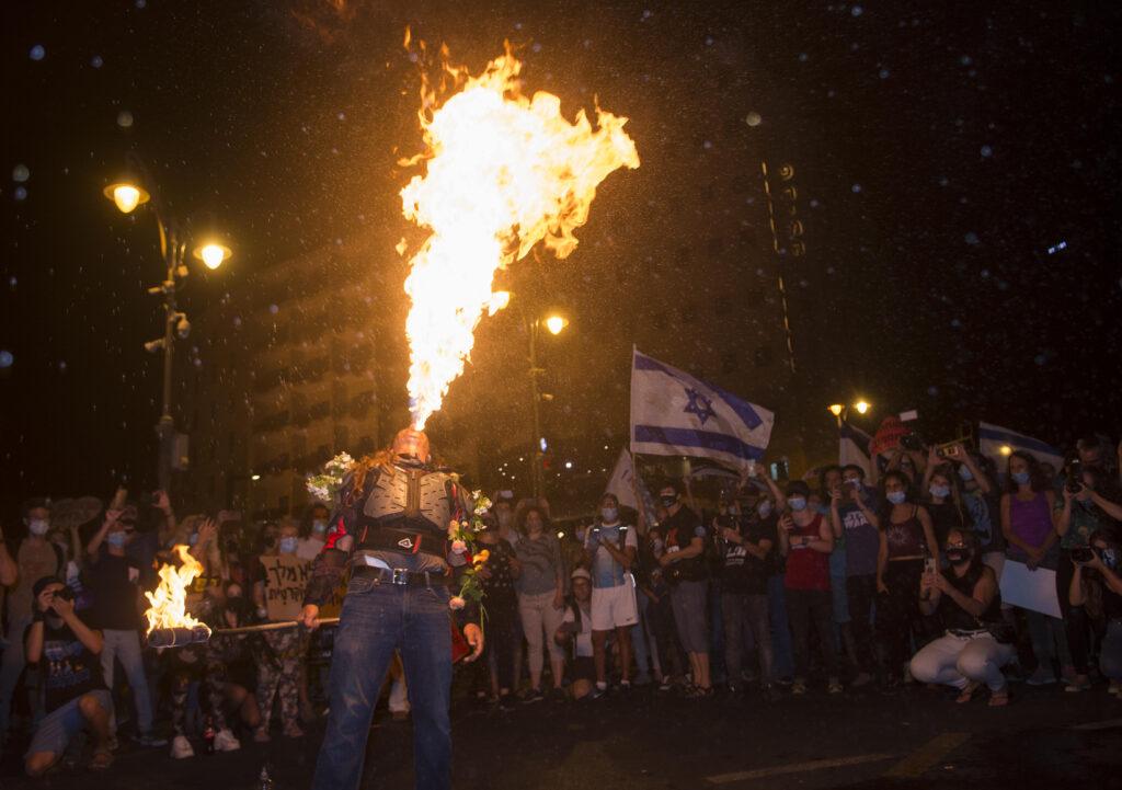 Feuerspucker in Jerusalem von Dan Lazar, Fire breathing Israel, Protest, Demonstration