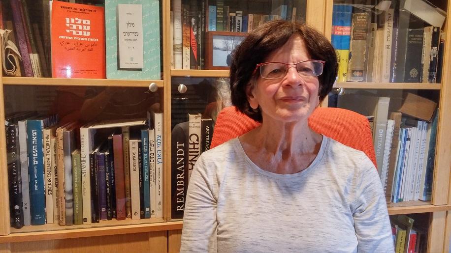 """Addie Markuze-Haas wurde in Haifa geboren, hat Biologie studiert (mit M.Sc.-Abschluss), arbeitete im Weizmann-Institut in Rechovot und unterrichtete Biologie. In den letzten 25 Jahren übersetzt sie Sachbücher von Englisch auf Hebräisch. Sie schrieb ein Buch über die Geschichte der Zeitung """"Yediot Achronot"""" (Carmel, 2013)."""