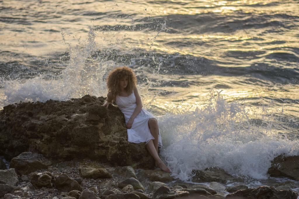 Blonde Lockige am Meer von Dan Lazar