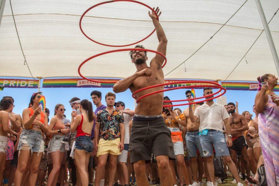 """Israel, Nach einem Jahr Corona-Pause marschiert die """"Gay-Pride""""-Parade wieder durch Tel Aviv """"Gay Pride""""-Monat in Israel - und trotz der Befürchtungen vor einem (erneuten) Anstieg der Ansteckungen wegen Corona, kehrte die """"Gay Pride""""-Parade auf die Straßen Tel Avivs zurück, nach einjähriger Abstinenz während des Höhepunkts der Pandemie. Trotz der Bedenken und Distanzierungen schritt die Parade voran, und das mit Freude. Es waren zwar keine hunderte Tausende wie in den guten Jahren, aber es ist noch immer ein bedeutendes und wichtiges Ereignis, auch in seiner Existenz selbst. Es war freudig, am Freitag Mittag in Tel Aviv, freudig und stolz."""